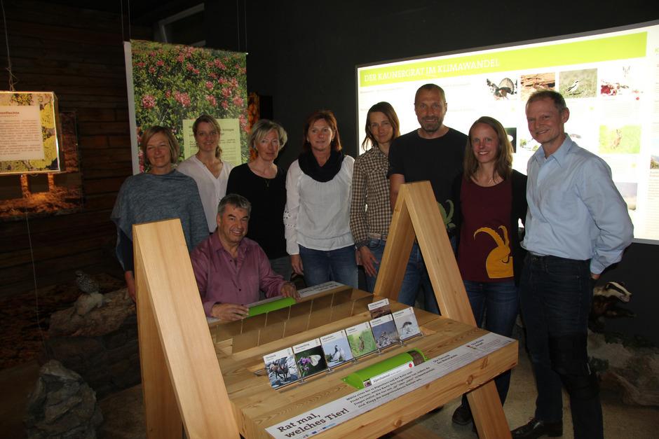 Das Team des Naturparks Kaunergrat rund um Geschäftsführer Ernst Partl (3. v.r.) und Obmann Hans-Peter Bock (sitzend) in der Dauerausstellung des Naturparkhauses, die im vergangenen Jahr erweitert worden ist.