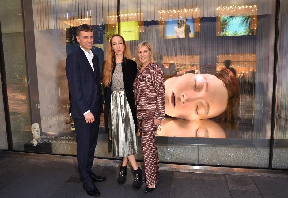 Stefan Isser (D. Swarovski Tourism Services), die Designerin Iris van Herpen und Carla Rumler (Kuratorin Swarovski Kristallwelten) eröffneten die Ausstellung im Wiener Kristallwelten.