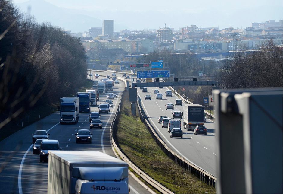 Die schwarz-grüne  Landesregierung fährt einen scharfen Kurs gegen den überbordenden Transitverkehr über den Brenner.
