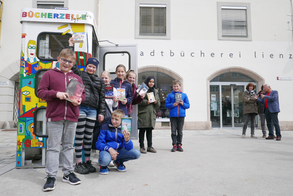 Schüler der Neuen Mittelschule Egger-Lienz haben mit Lehrlingen der Fachberufsschule Lienz Osttirols erste Bücherzelle gestaltet.