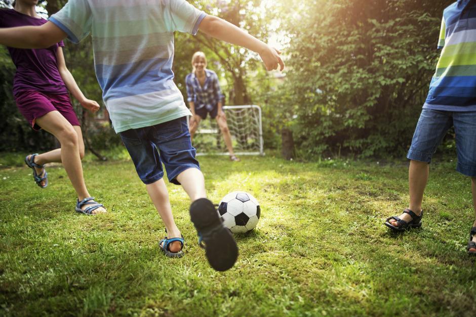 Kindern fehlen oft anstrengende Aktivitäten wie Fußballspielen.