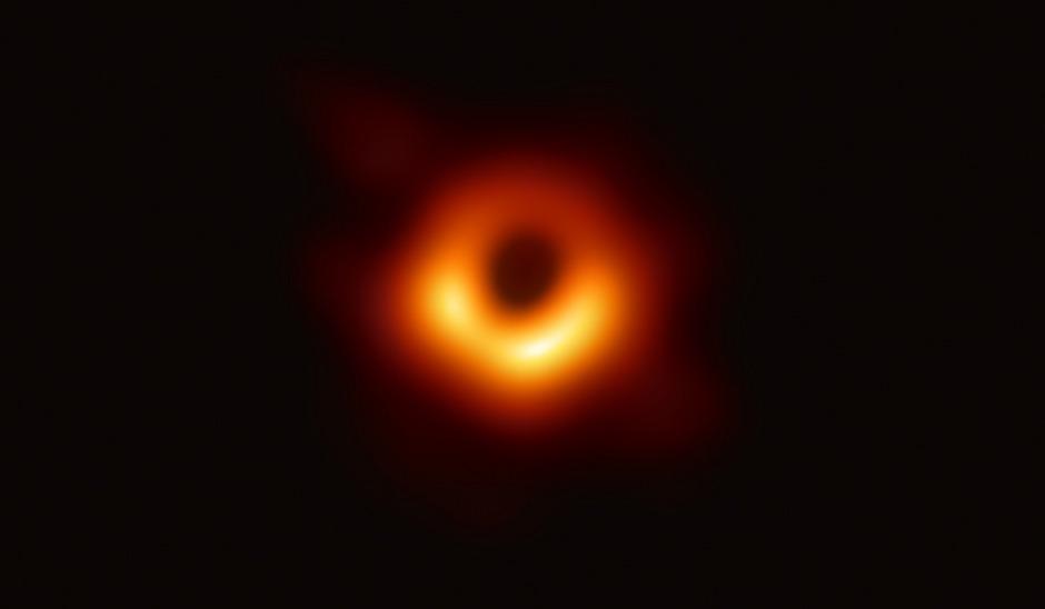 Bisher konnte die Existenz von Schwarzen Löchern nur rechnerisch bewiesen werden. Jetzt haben Forscher eine erste Aufnahme veröffentlicht.
