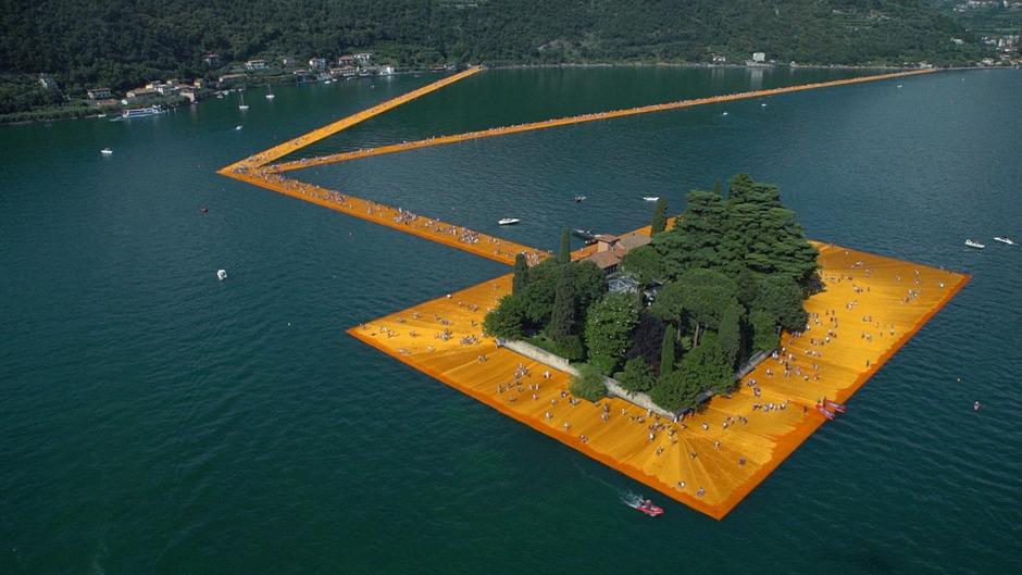 Brückenschlag: Die Insel San Paolo mitten im Iseosee wurde mit 220.000 schwimmenden Würfeln mit dem Festland verbunden.
