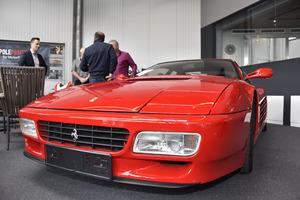 Ein Ferrari Testarossa im neuen Poleposition.