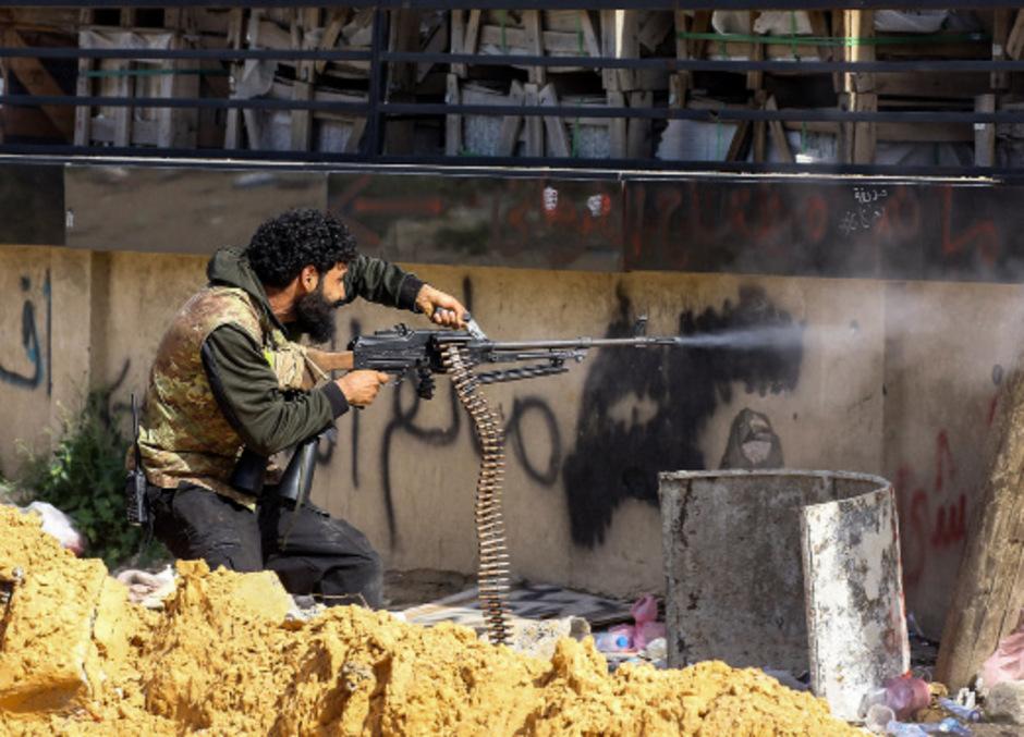 Ein regierungstreuer Soldat bei Kämpfen im Süden von Tripolis.