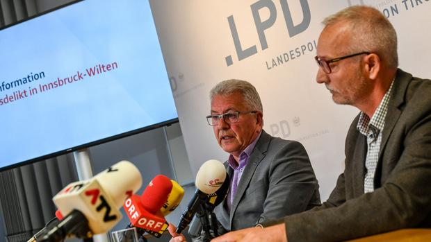 LKA-Chef Walter Pupp und Harald Baumgartner, Chef der Grenz- und Fremdenpolizei, bei der Pressekonfernz am Donnerstag.