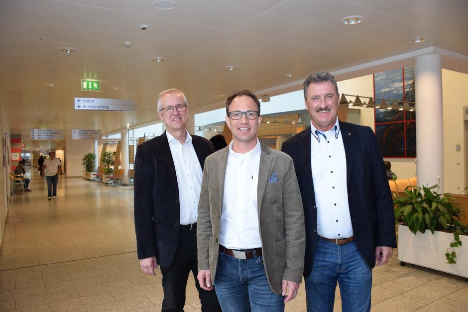 Verbandsobmann Rudolf Puecher (r.) und sein Vize Josef Dillersberger (l.) sind sicher, mit Thomas Herz (M.) den richtigen Kandidaten für die Primarstelle der Orthopädie und Traumatologie gefunden zu haben.