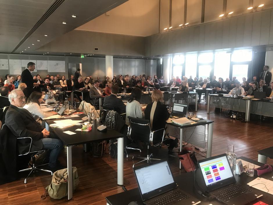 Der Entwurf zum neuen Innsbrucker Stadtrecht sieht eine höhere Barriere für den Einzug in den Gemeinderat vor. Zudem sollen die bestehenden Stadtteilausschüsse abgeschafft und dafür eine neue Form der Petition für Bürger geschaffen werden.