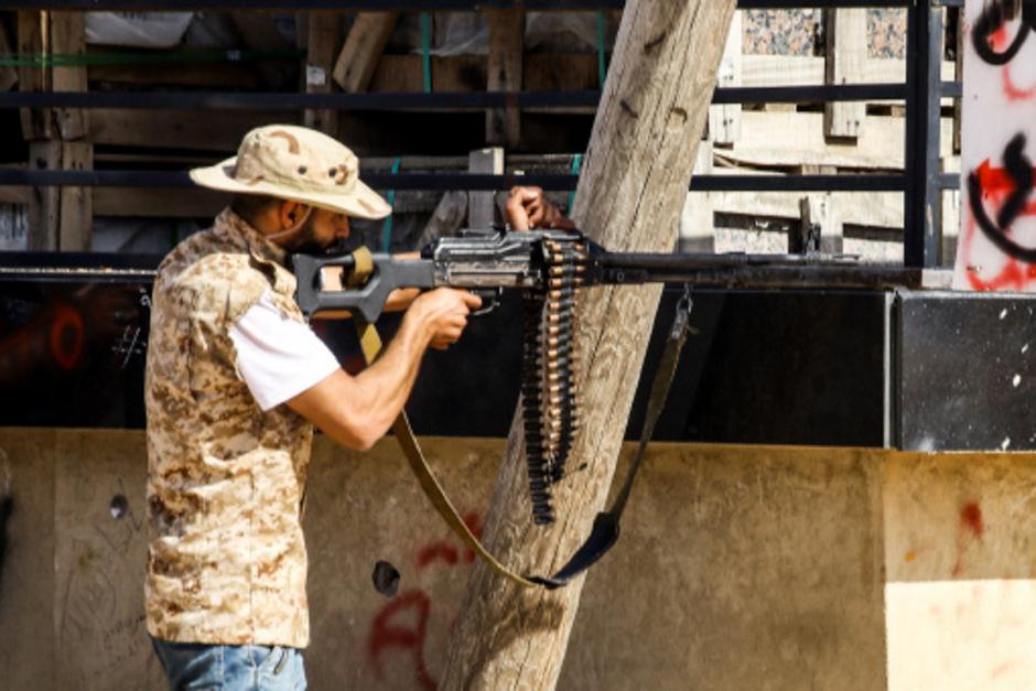 Ein regierungstreuer Soldat im Süden von Tripolis.