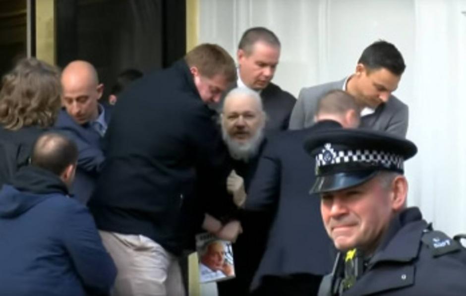 Beamte des Scottland Yard holten Wikileaks-Gründer Julian Assange aus dem Botschaftsgebäude.
