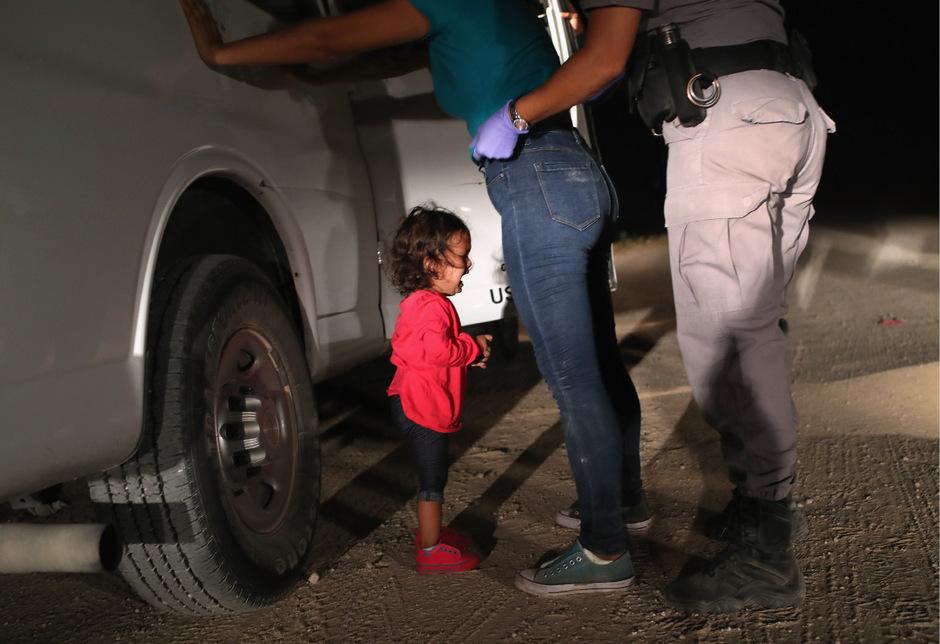 Eine junge Frau aus Honduras, die in den USA Asyl beantragen wollte, war gemeinsam mit ihrer kleinen Tochter an der Grenze aufgegriffen worden. Während das Mädchen weinte, wurde die Mutter durchsucht.