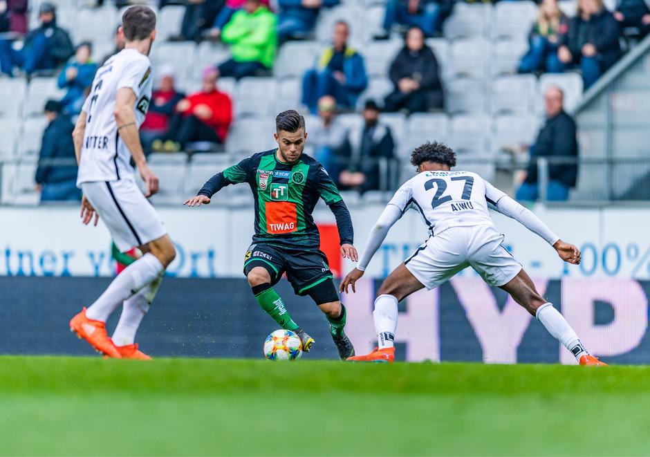 Wacker-Kicker Sascha Horvath im Duell mit Admiras Emanuel Aiwu.