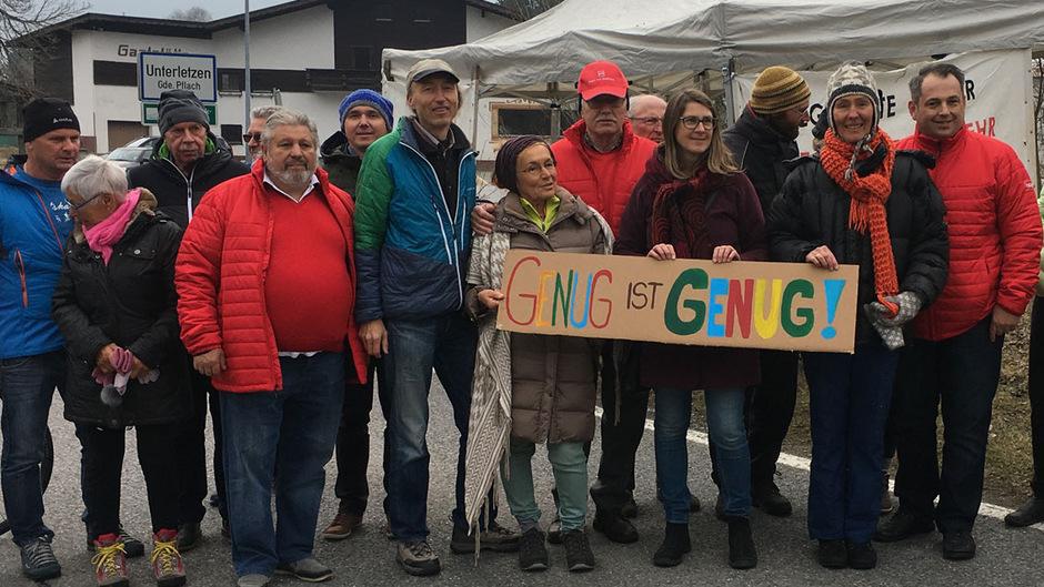 Die Demonstranten rund um Regina Karlen, Bezirkssprecherin der Grünen im Außerfern.