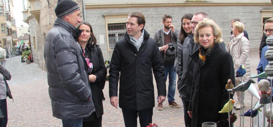 Auf Tuchfühlung mit Bundeskanzler Sebastian Kurz. Der Regierungschef war gestern am Haller Ostermarkt unterwegs.