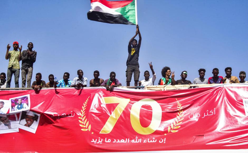 Am Samstag versammelten sich wieder Zehntausende Menschen vor der Zentrale der Streitkräfte in Khartum.