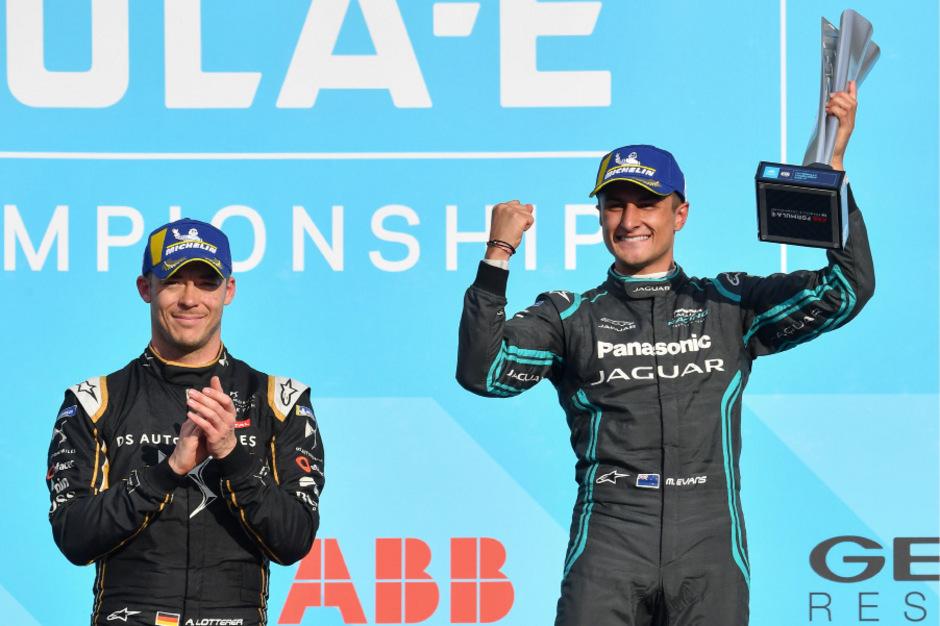 Jaguar-Fahrer Mitch Evans feiert seinen Sieg neben dem Deutschen Andre Lotterer auf dem zweiten Platz.
