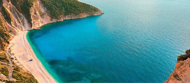 Der Strand in der Myrtos Bucht gilt als einer der berühmtesten von Griechenland und landet regelmäßig auf Listen der schönsten Strände der Welt.