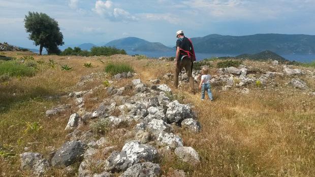 Durch die Hügel rundum ziehen sich zahlreiche Wanderwege in allen Schwierigkeitsgraden.