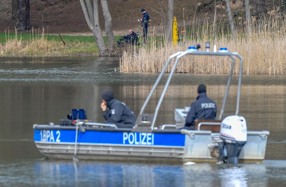 Mit einem Boot und Echolot suchte die Polizei den Herzberger See ab - allerdings ohne Erfolg.
