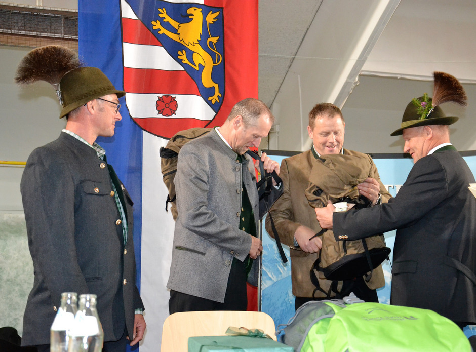 Der neue Bezirksjägermeister Hans Winkler (r.) und sein Stellvertreter Walter Angermann (l.) übergeben Rucksäcke als Geschenk an ihre Vorgänger Martin König (2.v.l.) und Arno Mattersberger.