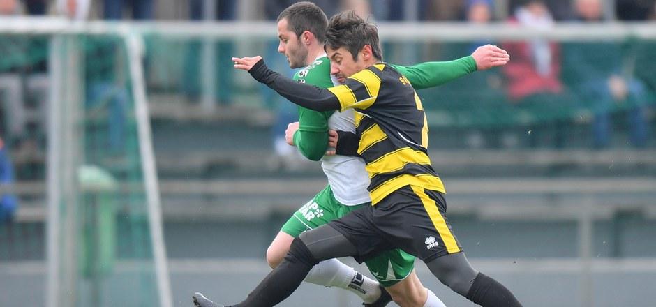Wer wohl im Zweikampf zwischen Florian Ribis (Telfs, r.) und Florian Galovic (Wattens II) Sieger blieb? Das Spiel endete indes remis.