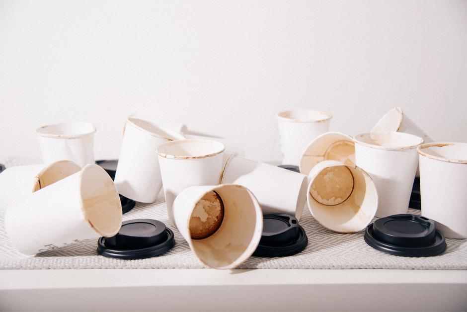 Schon seit Jahren wird versucht, Plastikbecher zu verbannen und auf recycelbare Papierbecher umzustellen.