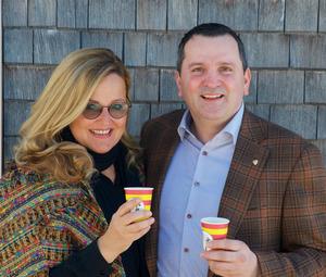 Carina Schiestl-Swarovski (Swarovski Optik) und Bernhard Peskoller (Holly) setzen auf recycelbare Kaffeebecher.