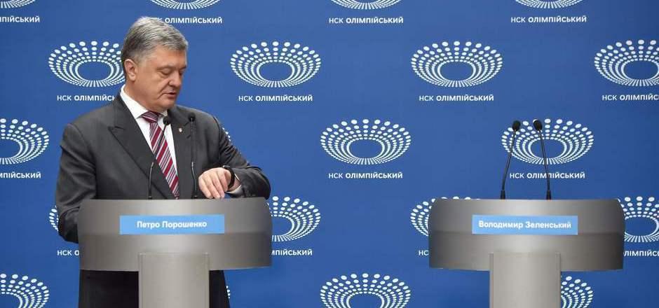 Poroschenko blickt auf die Uhr. Sein Herausforderer lässt ihn warten.