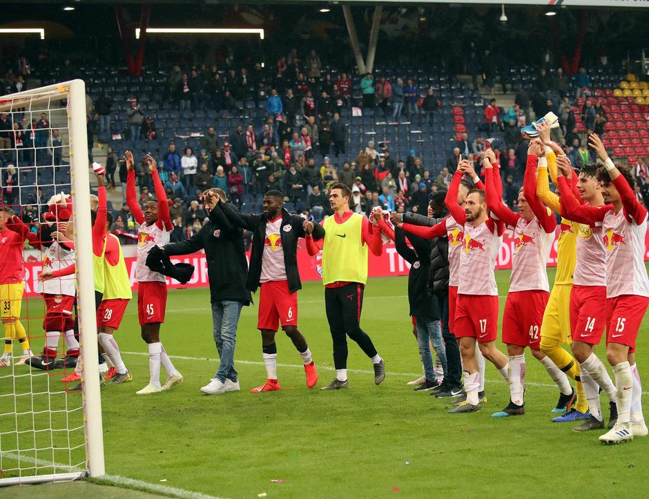 Die Salzburger feierten nach dem Spiel mit ihren Fans.