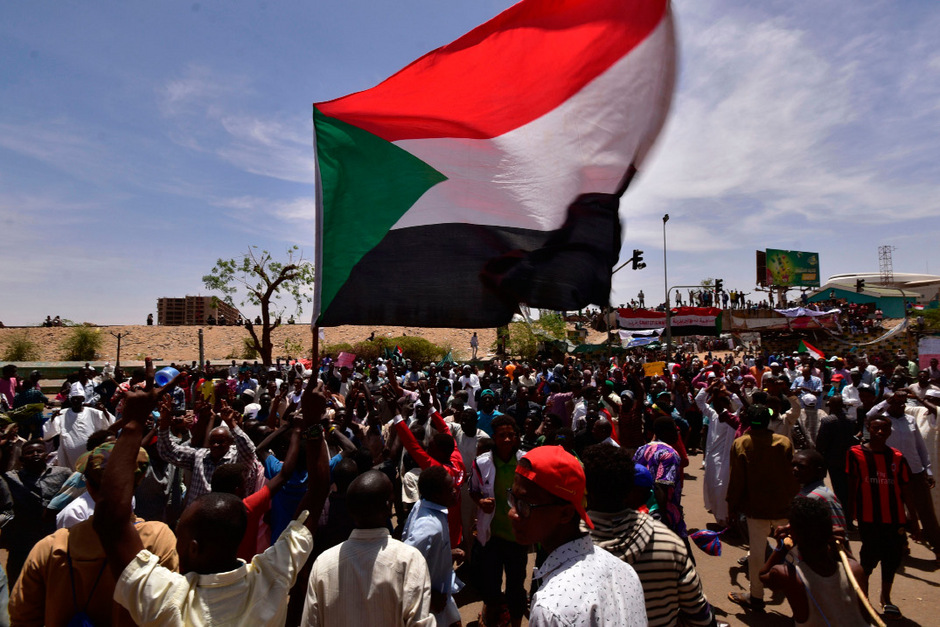 Die Proteste im Sudan dauern bereits seit Dezember an, wurden aber Anfang April mit dem Beginn einer Sitzblockade vor der Zentrale der Streitkräfte in Khartum immer größer.