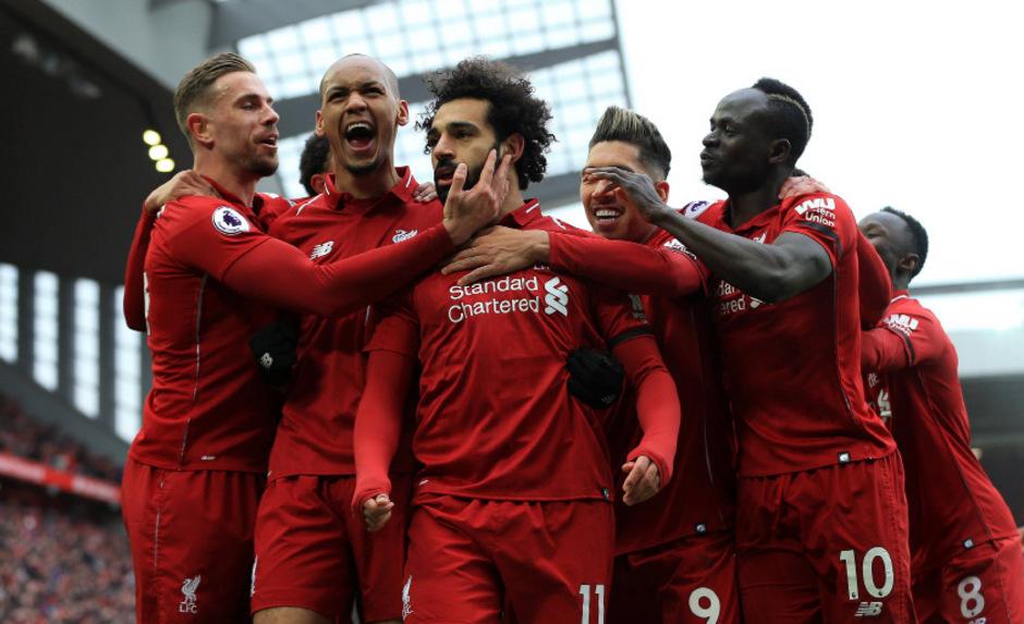 Mohamed Salah wird von seinen Mitspielern gefeiert.