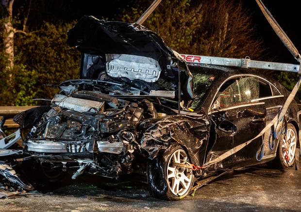 Ein 54-Jähriger hat auf der nassen Fahrbahn die Kontrolle über sein Fahrzeug verloren und ist in den Gegenverkehr geschlittert.