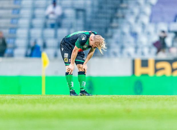 Bild mit Symbolcharakter – Wackers Mittelfeldabräumer Bryan Henning nach der 1:3-Heimpleite gegen den Abstiegskonkurrenten.