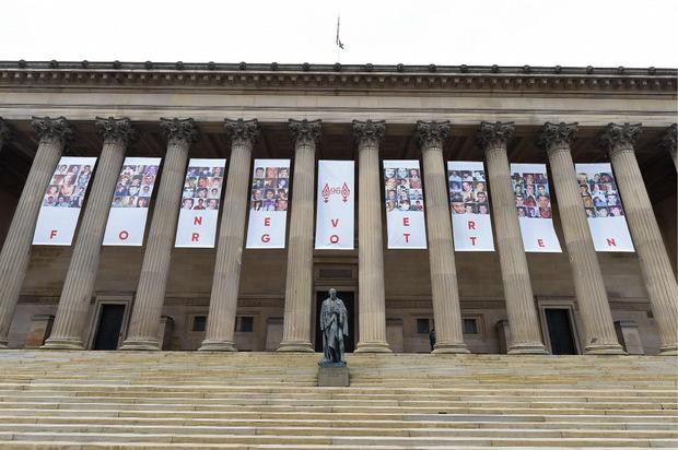 """""""Niemals vergessen"""": Fotos der 96 Toten wurden an der St. Georges Hall in Liverpool angebracht."""