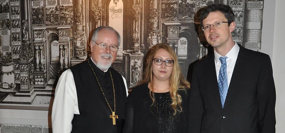 Abt German Erd und die beiden Kuratoren Nadine Kuppelwieser und Michael Anderl vor der so genannten Ehrenpforte Maximilians.
