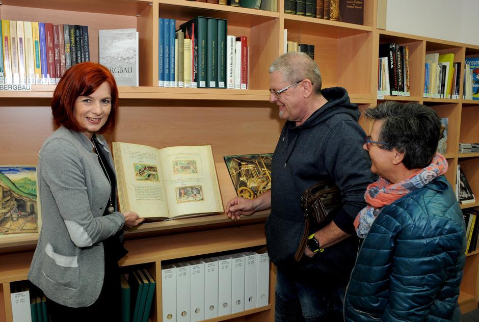Kathrin Wex zeigt bei der Eröffnung den Besuchern im Mathoi-Haus so manche Rarität.