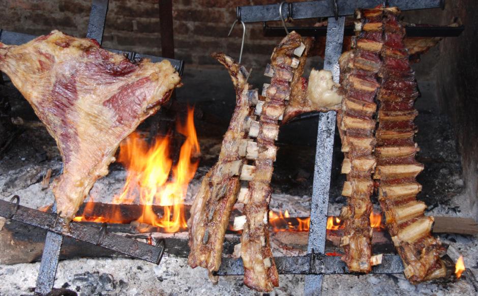 Grillen so wie früher: Große Stücke Fleisch werden über der Glut, nicht direkt über dem offenen Feuer gegart.