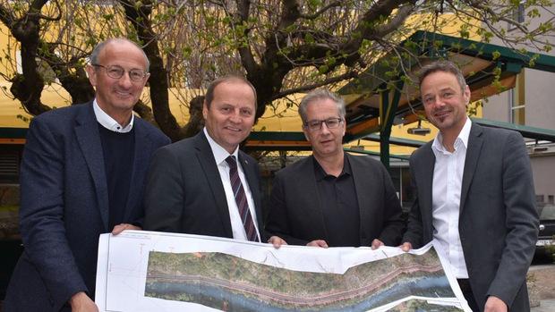 Den Plan in den Händen halten v. li. Landtags-Vizepräsident Toni Mattle, LHStv Josef Geisler, Wolfgang Jörg (Bgm Landeck) und Christian Molzer (Vorstand Abteilung Verkehr und Straße des Landes Tirol).