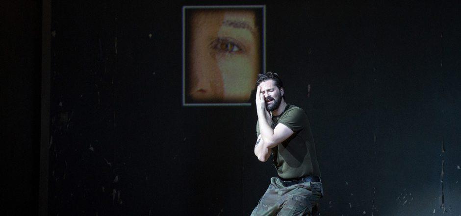 Der traumatisierte Heimkehrer und die Liebe. Orlando (Christophe Dumaux) verzweifelt vor dem Bild der längst vergebenen Angelica.