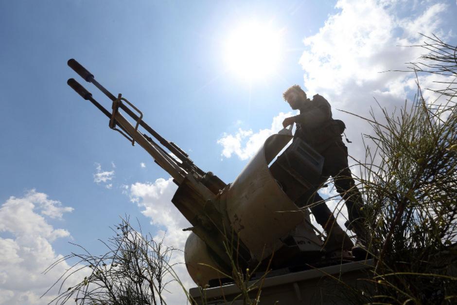 Ein regierungstreuer Soldat südlich der Hauptstadt Tripolis, wo die Kämpfe derzeit am heftigsten toben.