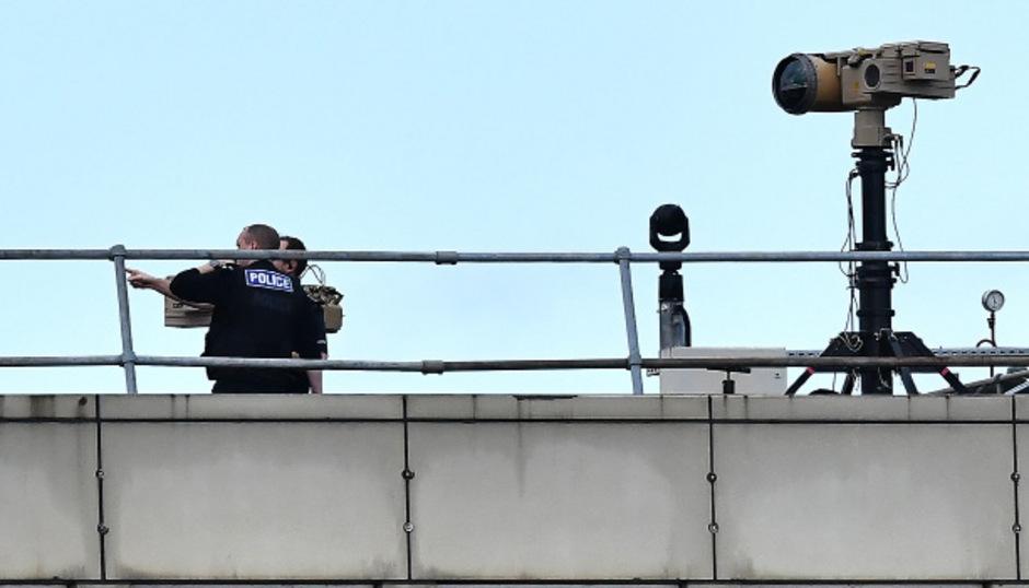 Die Sichtung einer Drohne führten dazu, dass der Flughafen Gatwick den Flugbetrieb einstellen musste. Jedes Mal wenn er wieder aufgenommen werden sollte, erschien die Drohne wieder.