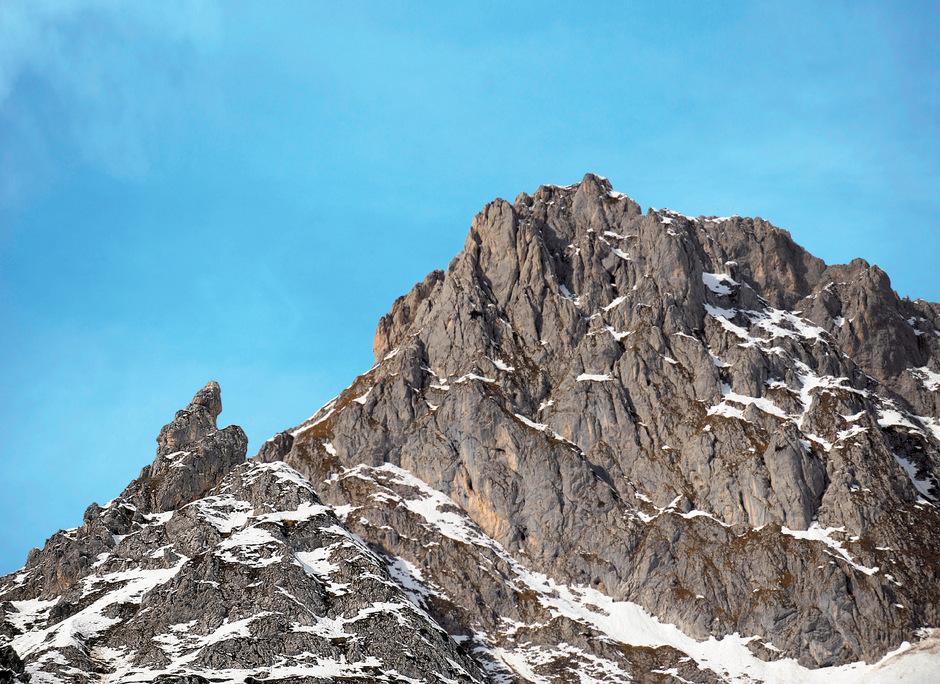 Erkennen Sie Frau Hitt? Mit etwas Kreativität ahnt man, dass die graue Formation auf der Nordkette eine versteinerte Riesin sein könnte.