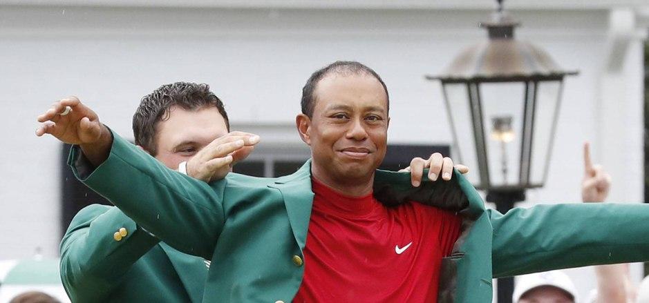 Tiger Wods im grünen Jacket nach seinem Master-Sieg.