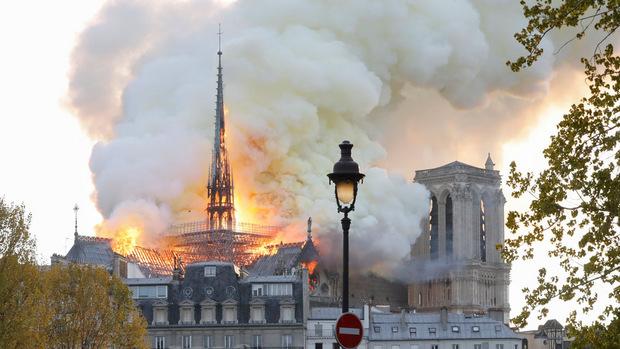 Flammen schlugen am Montagabed aus dem Dach der Kathedrale Notre-Dame.
