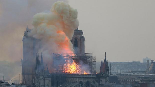 Riesige Flammen schlugen am Montagabend aus dem Dach der gotischen Kirche.