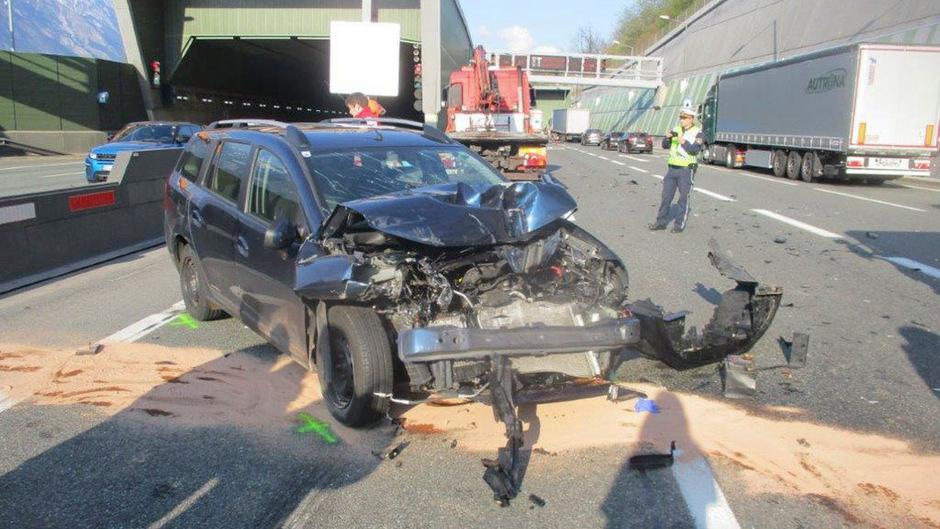 Der Pkw-Lenker wurde unverletzt in die Innsbrucker Klinik eingeliefert.