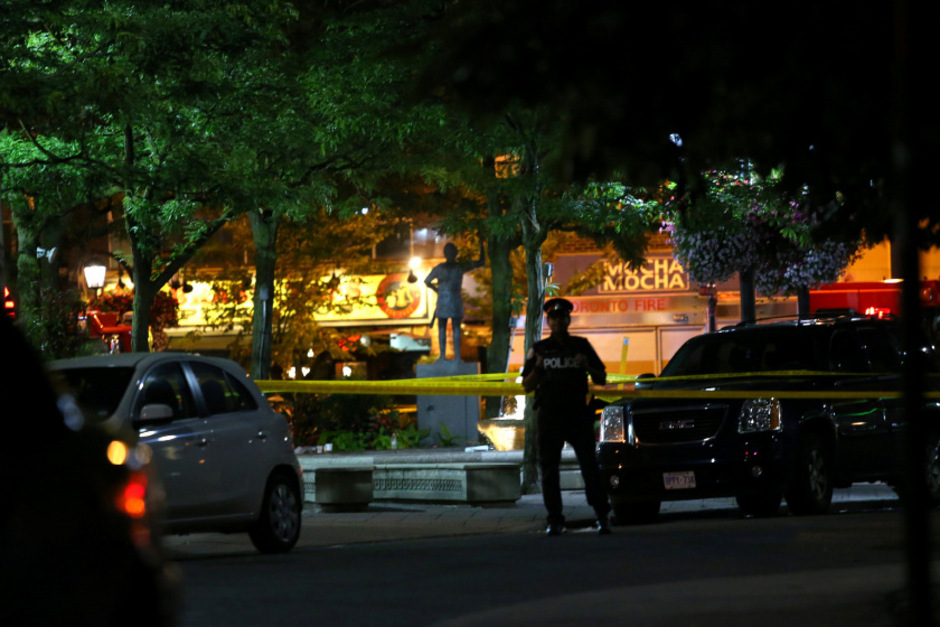 Ein Polizist steht nach der Schießerei am Ort des Geschehens. (Symbolfoto)