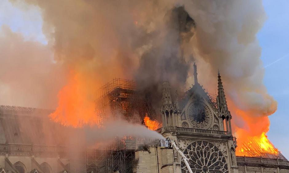 Bis Dienstagvormittag bekämpften die Feuerwehrleute das Feuer. Zwei Drittel des Dachs und ein Spitzturm wurden zerstört.