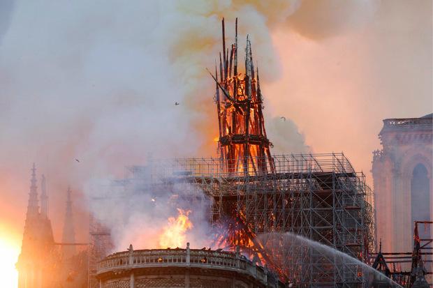 Die Kathedrale Notre-Dame in Flammen.