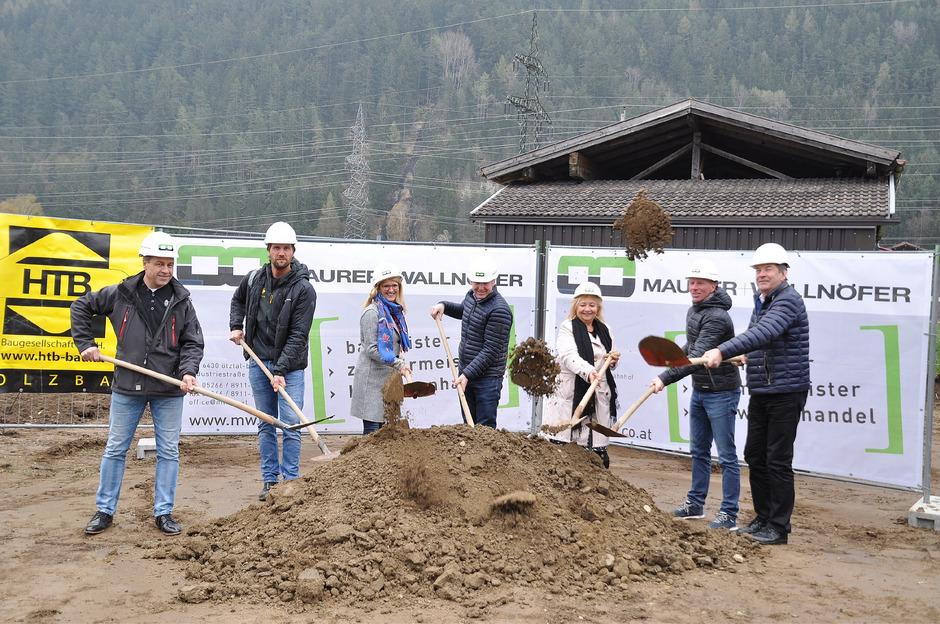 Vertreter der Baufirmen, Bürgermeister und Gemeinderäte, die Kindergartenleiterin und der Architekt nahmen den Spatenstich vor.